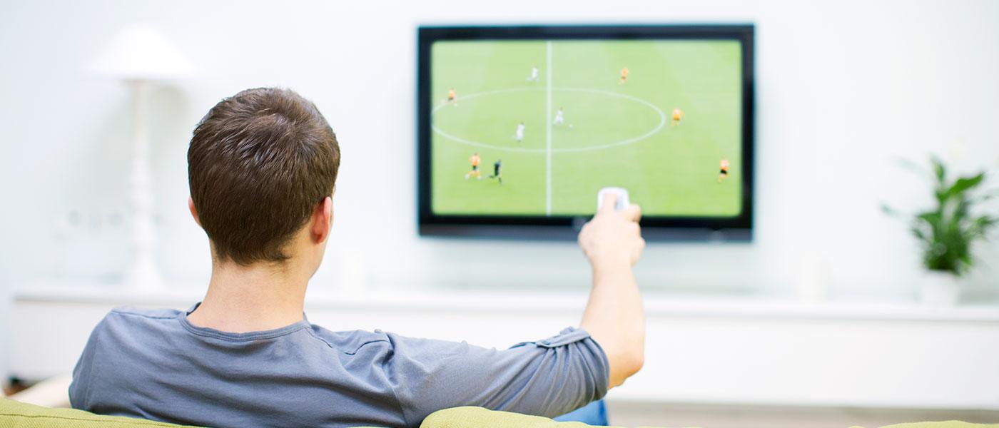 Så upplever du fotboll bäst hemma från soffan